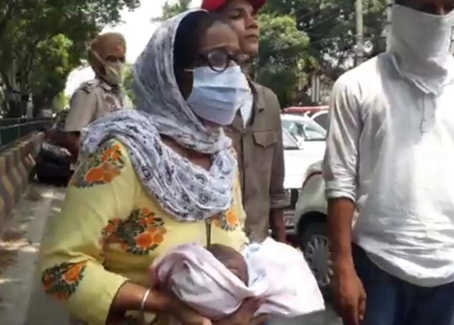 डिलीवरी के बाद महिला की मौत को लेकर भड़के परिजनों का प्रदर्शन, पहले पुलिस ने कार्रवाई का भरोसा दिया था लेकिन कुछ भी नहीं हुआ|जालंधर,Jalandhar - Dainik Bhaskar
