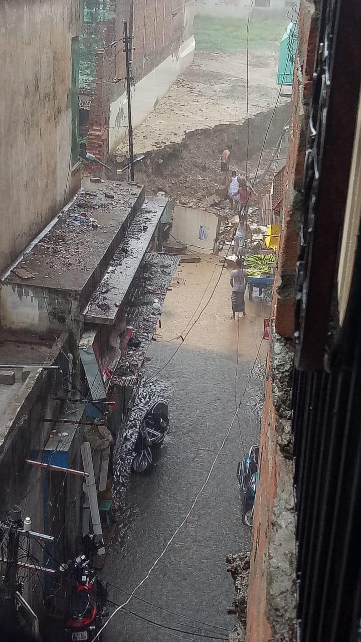 झूम के बरसे बदरा तो खुली नगर निगम की जल निकासी व्यवस्था की पोल, कब्रिस्तान की दीवार गिरने से एक घायल|वाराणसी,Varanasi - Dainik Bhaskar