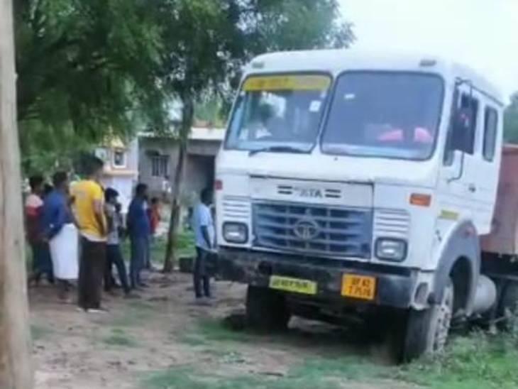 मां के साथ जा रही युवती की ट्रक की टक्कर से मौत, ग्रामीणों में भारी आक्रोश|अयोध्या,Ayodhya - Dainik Bhaskar