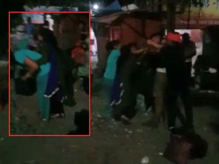 पेड़ से बांधकर युवक को लोगों ने चप्पलों से पीटा, विरोध पर युवती को भी जड़े थप्पड़; सरेआम चलता रहा ड्रामा|झांसी,Jhansi - Dainik Bhaskar