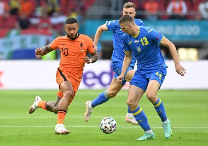 मैच के दौरान नीदरलैंड्स के स्टार स्ट्राइकर मेंफिस डीपे।