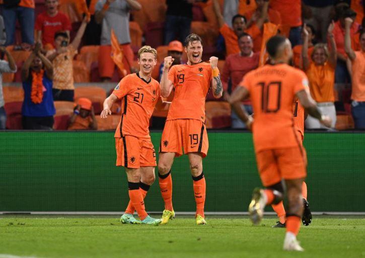 गोल करने के बाद वेगहोर्स्ट (बीच में) और बाकी नीदरलैंड्स की टीम जश्न मनाती हुई।