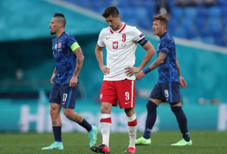 मैच में हार के बाद निराश लेवानदॉस्की।
