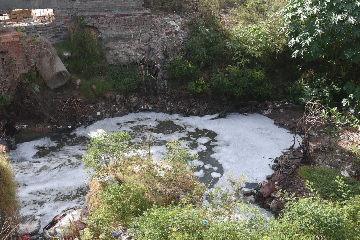 रामेश्वरघाट नाला से भी गंगा में जा रहा सीवर का पानी।