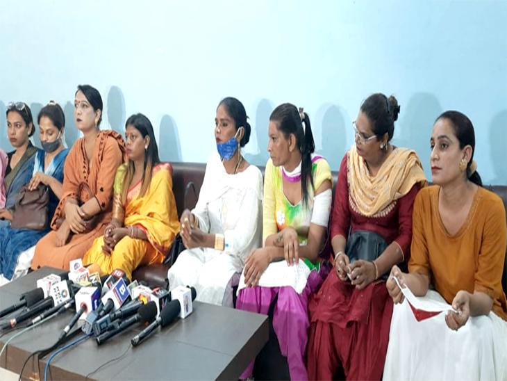 मोहाली में रहने वाले किन्नर समाज के लोगों ने पुलिस पर हमला करने और घर से गहने चुराने का लगाया आरोप,सीएम व डीजीपी को दी शिकायत पर कोई कार्रवाई नहीं चंडीगढ़,Chandigarh - Dainik Bhaskar