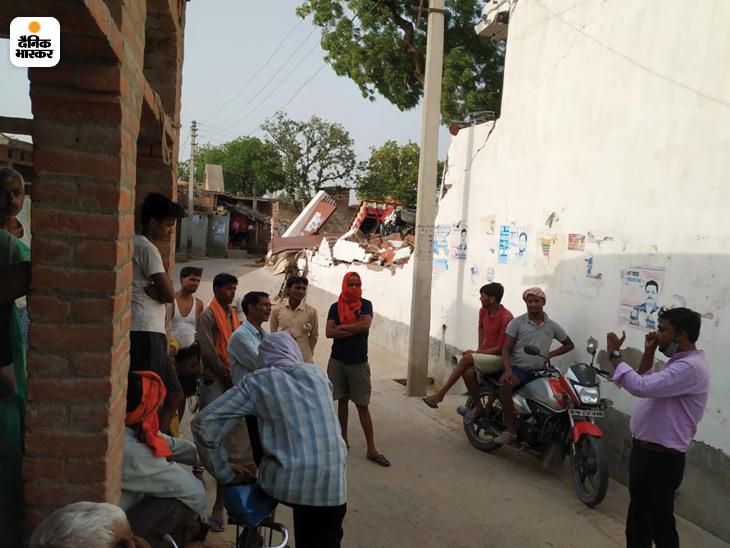 यह तस्वीर विकास दुबे के गांव बिकरू की है। यहां लोग गांव की सरकार चुनने के बाद से ही बड़े खुश हैं।