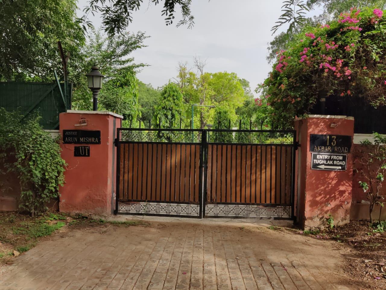 नई दिल्ली में 13 अकबर रोड स्थित रिटायर्ड जस्टिस अरुण मिश्रा का वह मकान, जो 9 महीने तक खाली नहीं कराया गया था।