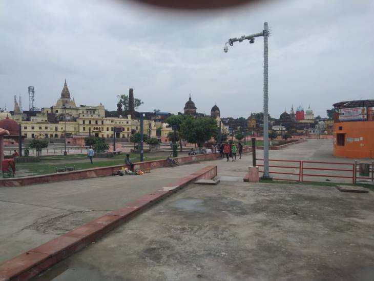 अयोध्या में काले घने बादल आसमान में छाए हैं। यहां रविवार को भारी बारिश हुई। आज भी बारिश की संभावना है।
