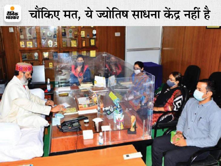 बिलासपुर यूनिवर्सिटी के वाइस चांसलर ने अपने कक्ष में कुर्सी हटवाकर तख्त लगवाया, सरकंडे की कलम से लिखते हैं|छत्तीसगढ़,Chhattisgarh - Dainik Bhaskar