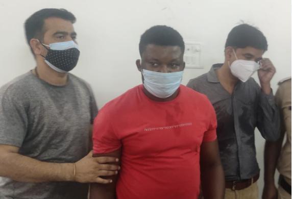 पुलिस की गिरफ्त में अंतरराष्ट्रीय ठगी का आरोपी। - Dainik Bhaskar