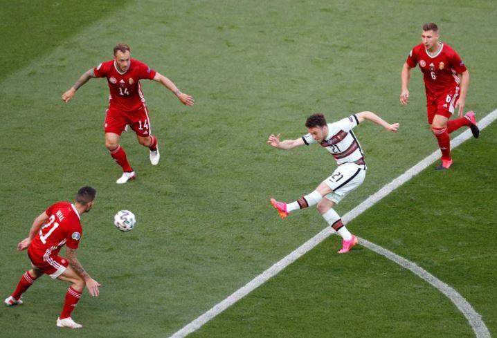मैच के दौरान गोल अटैम्प्ट करते पुर्तगाल के डिएगो जोटा (बीच में)।