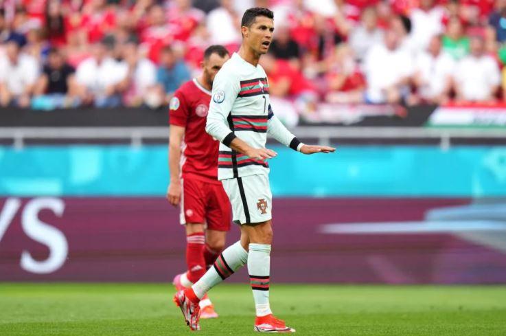 मैच के दौरान अपने खिलाड़ियों को निर्देश देते रोनाल्डो।