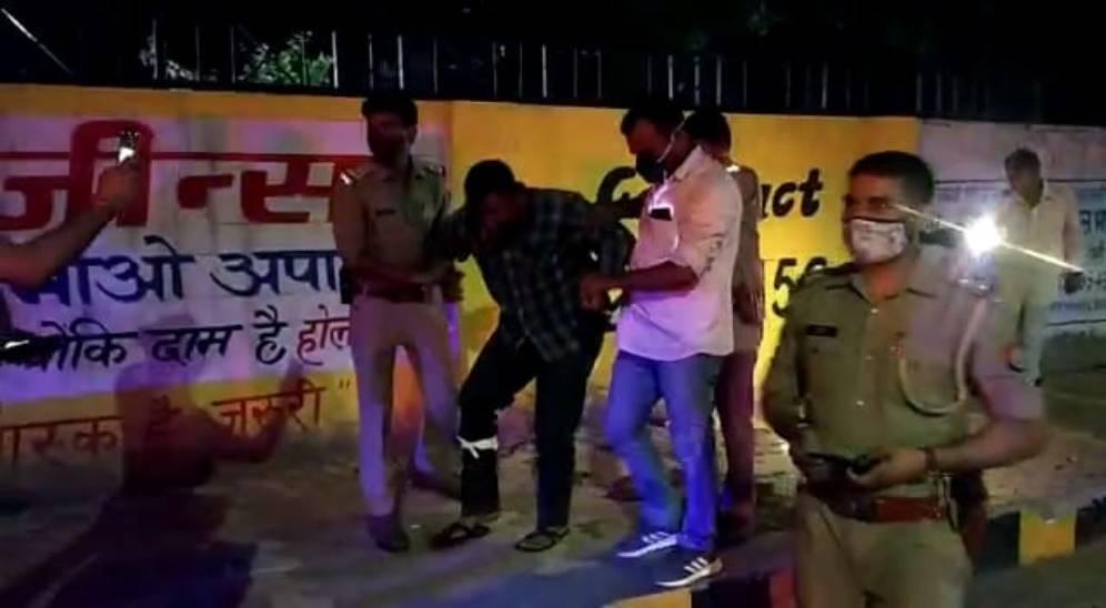 तीन वाहन तस्करों को घेर कर पकड़ा, दो के पैर में मारी गोली; आरोपियों पर दर्ज है दर्जन से ज्यादा मुकदमे मेरठ,Meerut - Dainik Bhaskar