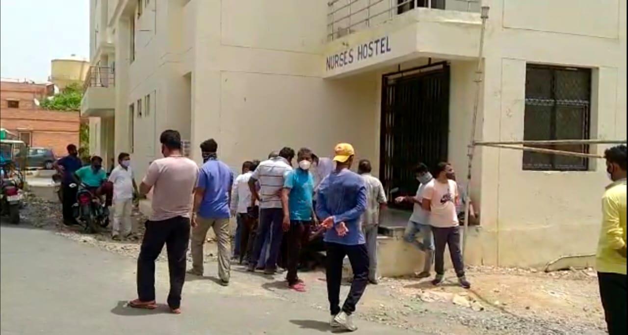होटल से खाने लेकर जा रहे युवक की करंट से मौत, मांगों को लेकर परिजन और समाज के लोग बैठे धरने पर|बाड़मेर,Barmer - Dainik Bhaskar