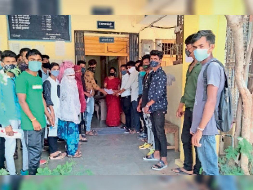 विद्यार्थियों को पीजी कॉलेज से दी जाए उत्तर पुस्तिकाएं|सेंधवा,Sendhwa - Dainik Bhaskar
