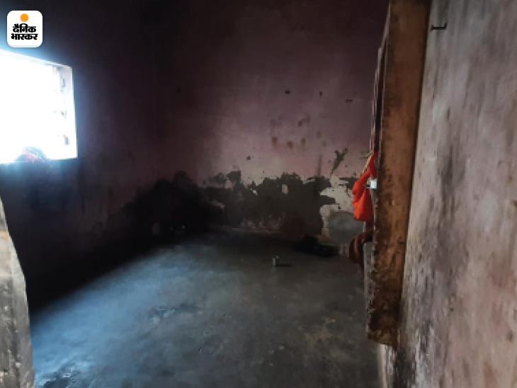पति की मौत से बेसहारा हुई गुड्डी देवी पांच बच्चों की मां हैं। कोरोना काल से पहले अलीगढ़ की एक फैक्टरी में ताला बनाने का काम करती थीं। घर की हालत देखकर इसका अंदाजा तो लगाया जा सकता है कि एक अकेली महिला अपने बच्चों का पेट किस तरह पालती होंगी।