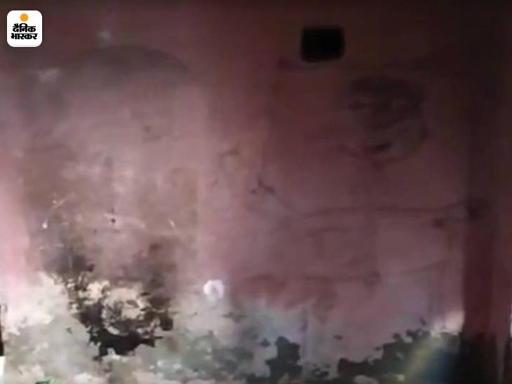 यह तस्वीर अलीगढ में उस परिवार की है जहां 6 सदस्यों का एक परिवार 15 दिनों से भूख से तड़पता रहा लेकिन अधिकारियों के कानों में जूं तक नहीं रेंगी। भूख से बेहाल छोटे-छाटे बच्चों ने घर की दीवारों पर ऐसे चित्र उकेरकर अपना दर्द बयां किया।