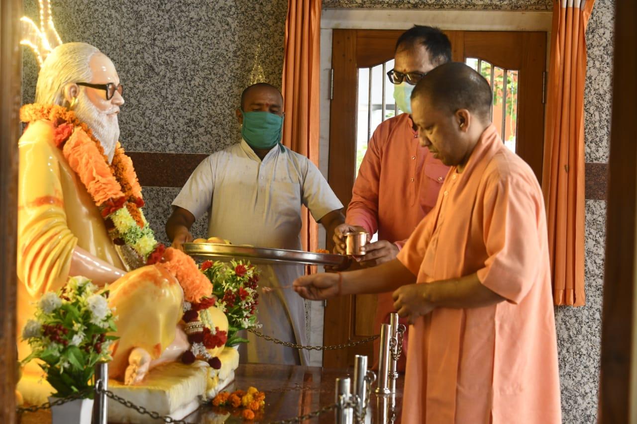 गुरु गोरक्षनाथ और ब्रह्मलीन महंत अवेद्यनाथ का लिया आशीर्वाद; मंदिर के कामों की समीक्षा की|उत्तरप्रदेश,Uttar Pradesh - Dainik Bhaskar
