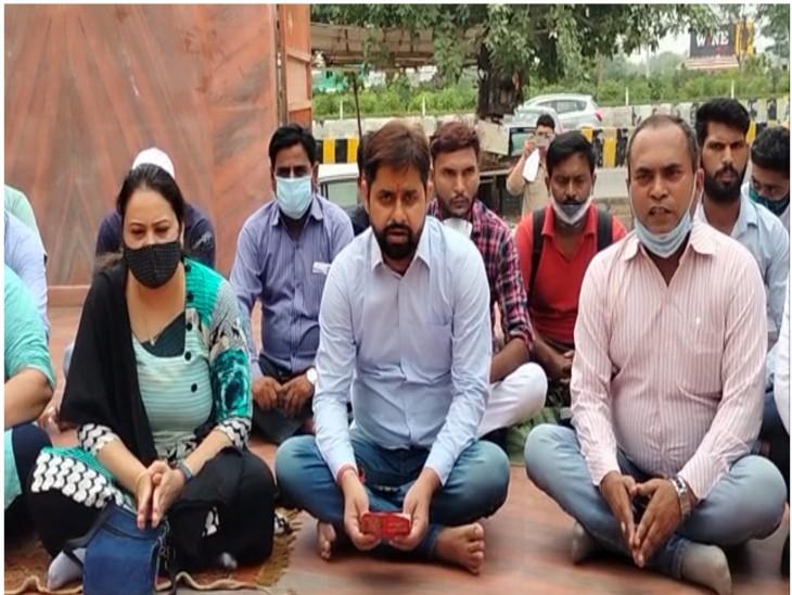 पार्टी कार्यकर्ताओं ने पहले किया हनुमान चालिसा का पाठ, फिर भगवान से अयोध्या राम मंदिर की भूमि के घोटालेबाजों को सजा दिलाने की प्रार्थना|मेरठ,Meerut - Dainik Bhaskar
