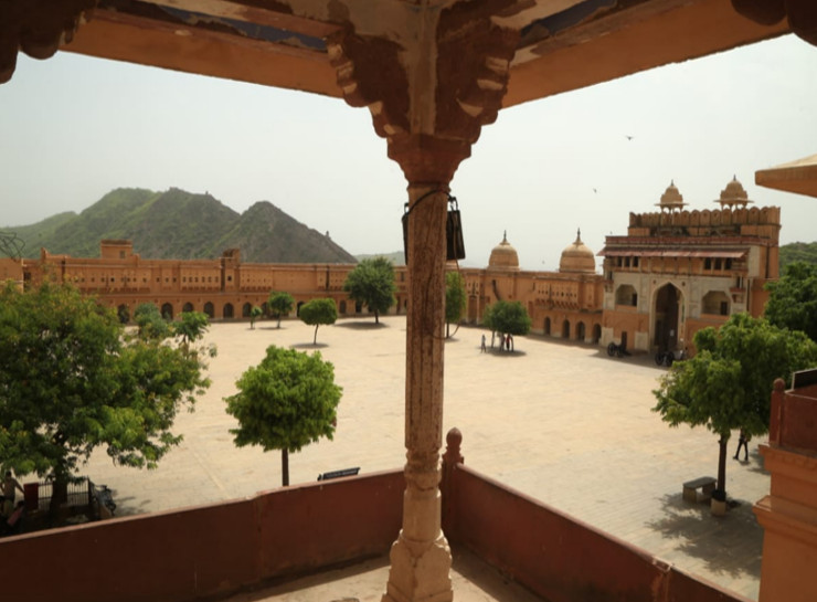 पहले दिन पर्यटकों की आवाजाही कम रही। आमेर महल में जलेब चौक।