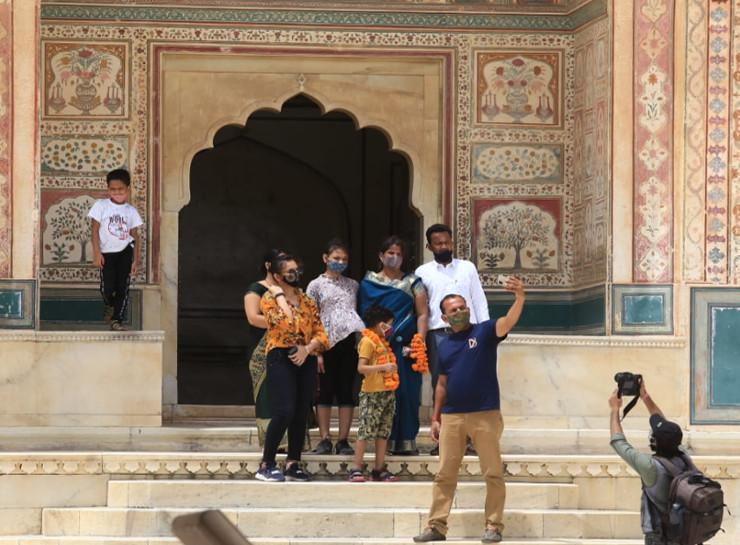 आमेर महल में बुधवार को गणेश पोल पर परिवार के साथ सेल्फी लेते हुए पर्यटक