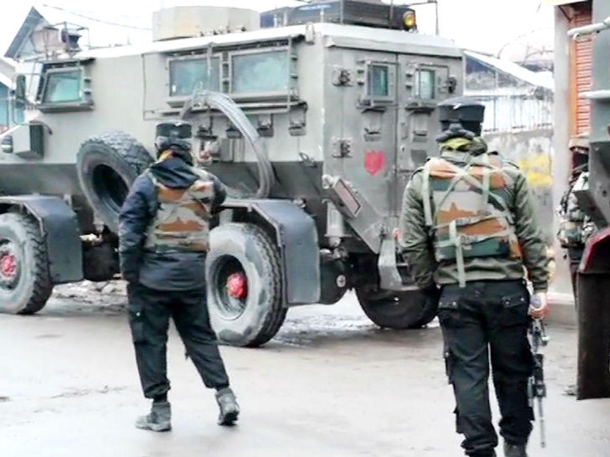 जम्मू-कश्मीर में एनकाउंटर श्रीनगर के नौगांव में सुरक्षाबलों ने एक आतंकी को मार गिराया; ग्रेनेड समेत भारी गोला बारूद बरामद|देश,National - Dainik Bhaskar