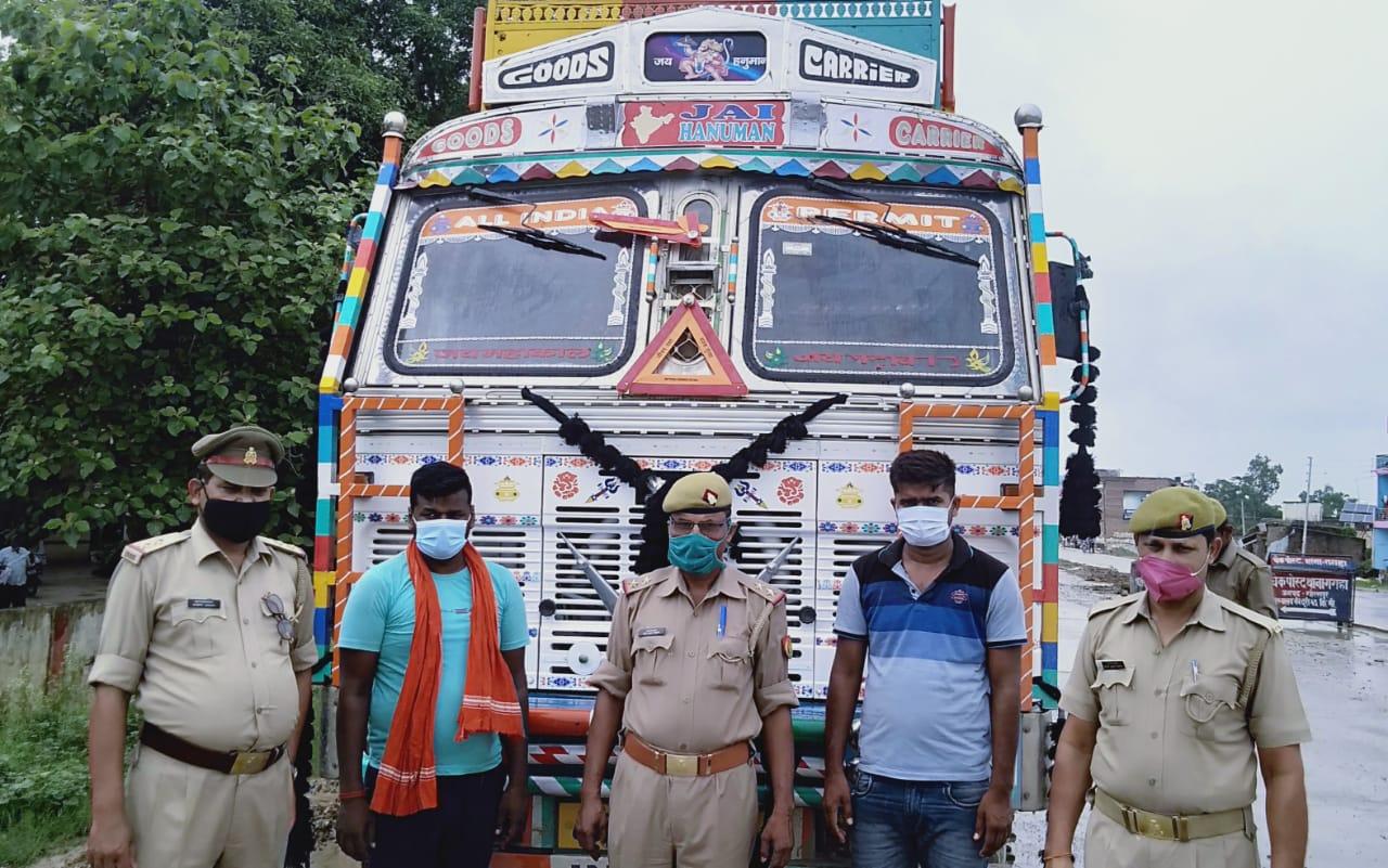 गोरखपुर पुलिस ने पकड़ा पशुओं से भरा ट्रक; दो तस्कर गिरफ्तार, 16 गाय और तीन बछड़े बरामद गोरखपुर,Gorakhpur - Dainik Bhaskar