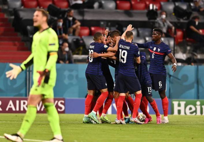 गोल के बाद जश्न मनाती फ्रांस की टीम।