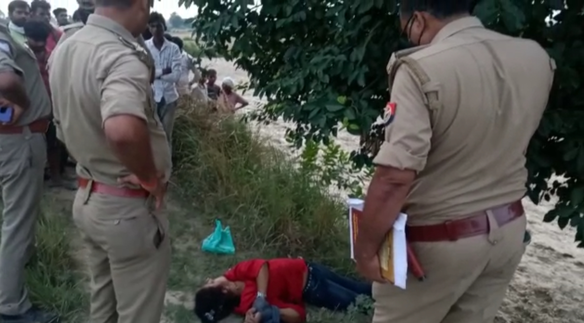दुपट्टे से बंधे मिले दोनों हाथ, रेप के बाद गला घोंटकर हत्या की आशंका; शिनाख्त में लगी पुलिस-बीयर के कैन व खाली बोतले पड़ी मिली|कानपुर,Kanpur - Dainik Bhaskar