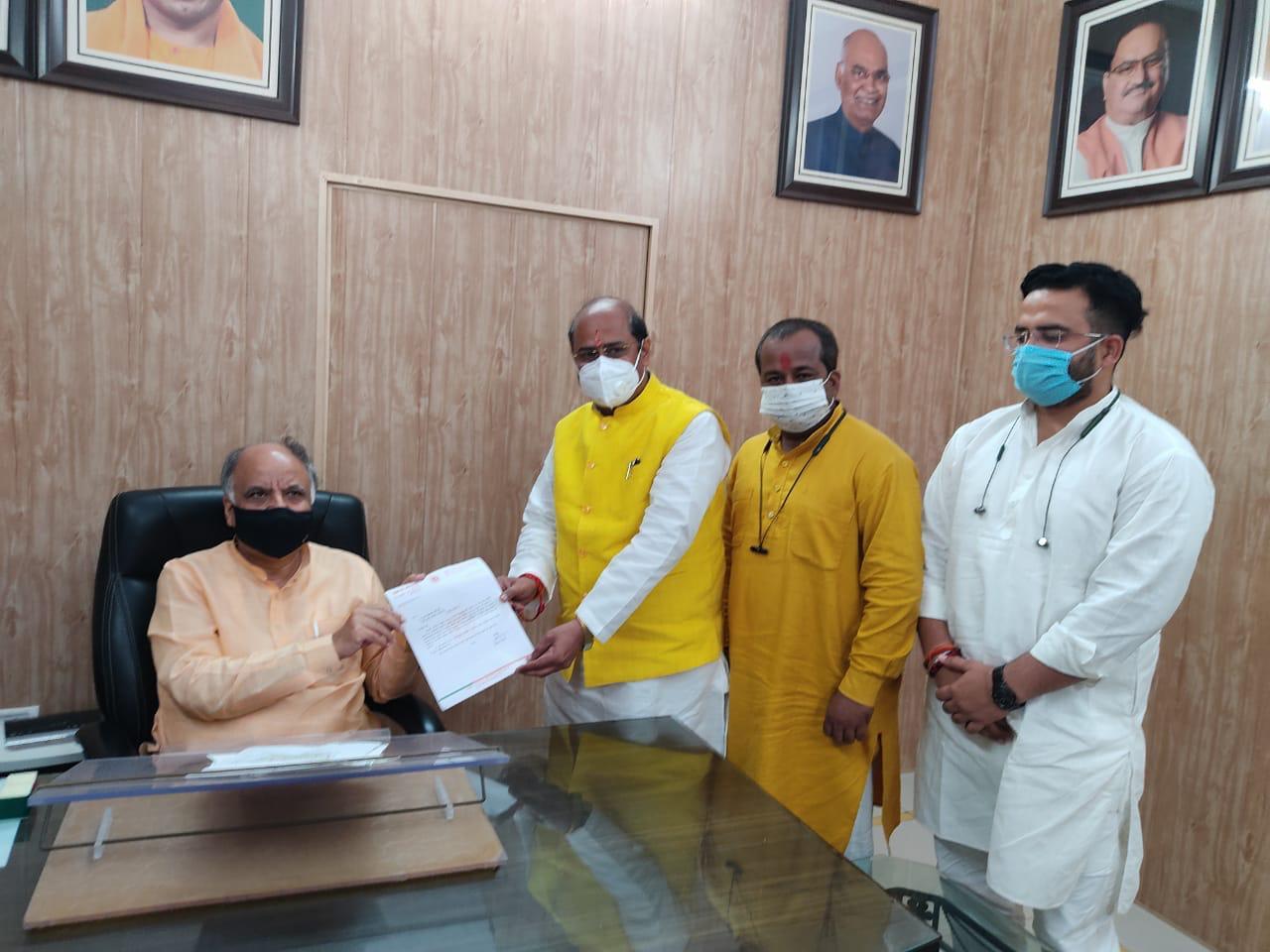 नगर निगम में विकास कार्यों की अनसुनी, भाजपा MLA ने सीधे योगी के मंत्री आशुतोष टंडन को सौंपे 5 करोड़ रुपए के प्रस्ताव|कानपुर,Kanpur - Dainik Bhaskar