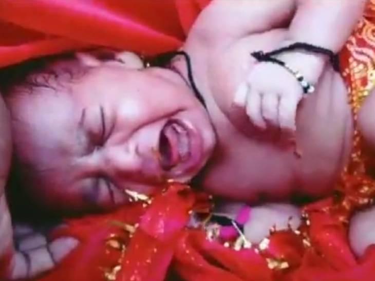यह फोटो गंगा की गोद से मिली बच्ची की है। पुलिस बच्ची के परिजनों की तलाश कर रही है।