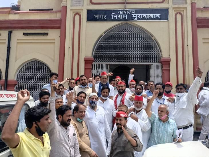कार्यकर्ताओं ने निगम आफिस पर किया प्रदर्शन, पूछा- गंदगी, कीचड़ और जलभराव से कब मिलेगी मुक्ति|मुरादाबाद,Moradabad - Dainik Bhaskar