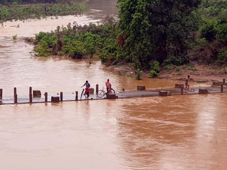 नदी-नालों में आया उफान, 15 फीट ऊंची पुलिया के ऊपर चढ़ा नदी का पानी; दुकानों औरघरों में घुसा पानी|झारखंड,Jharkhand - Dainik Bhaskar