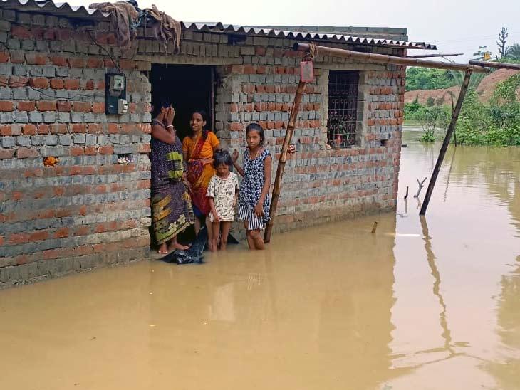 लगातार मूसलाधार बारिश से नदी का जलस्तर बढ़ा, किनारे के 15 घरों में घुसा पानी; गुड़ाबांदा में डायवर्सन बहा झारखंड,Jharkhand - Dainik Bhaskar