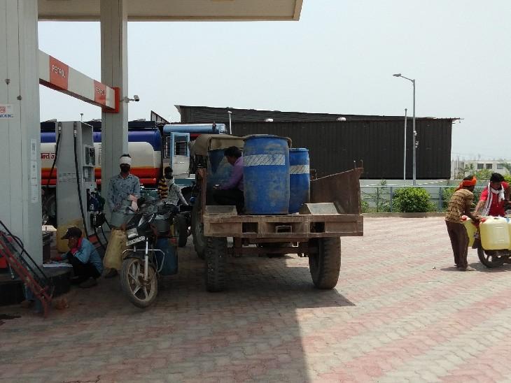 उप्र की सीमा से सटे दतिया के पेट्रोल पंप बंद होने की कगार पर क्योंकि झांसी से सस्ता पेट्राेल-डीजल लाकर दतिया में पंप से भी सस्ता बेच रहे दतिया,Datiya - Dainik Bhaskar