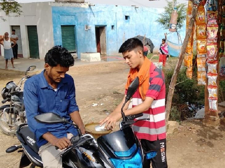 इटावा में पेट्रोल-डीजल सस्ता इसलिए फूप से ऊदी तक 8 किमी में 50 से ज्यादा दुकानों पर खुले में बिक रहा|भिंड,Bhind - Dainik Bhaskar