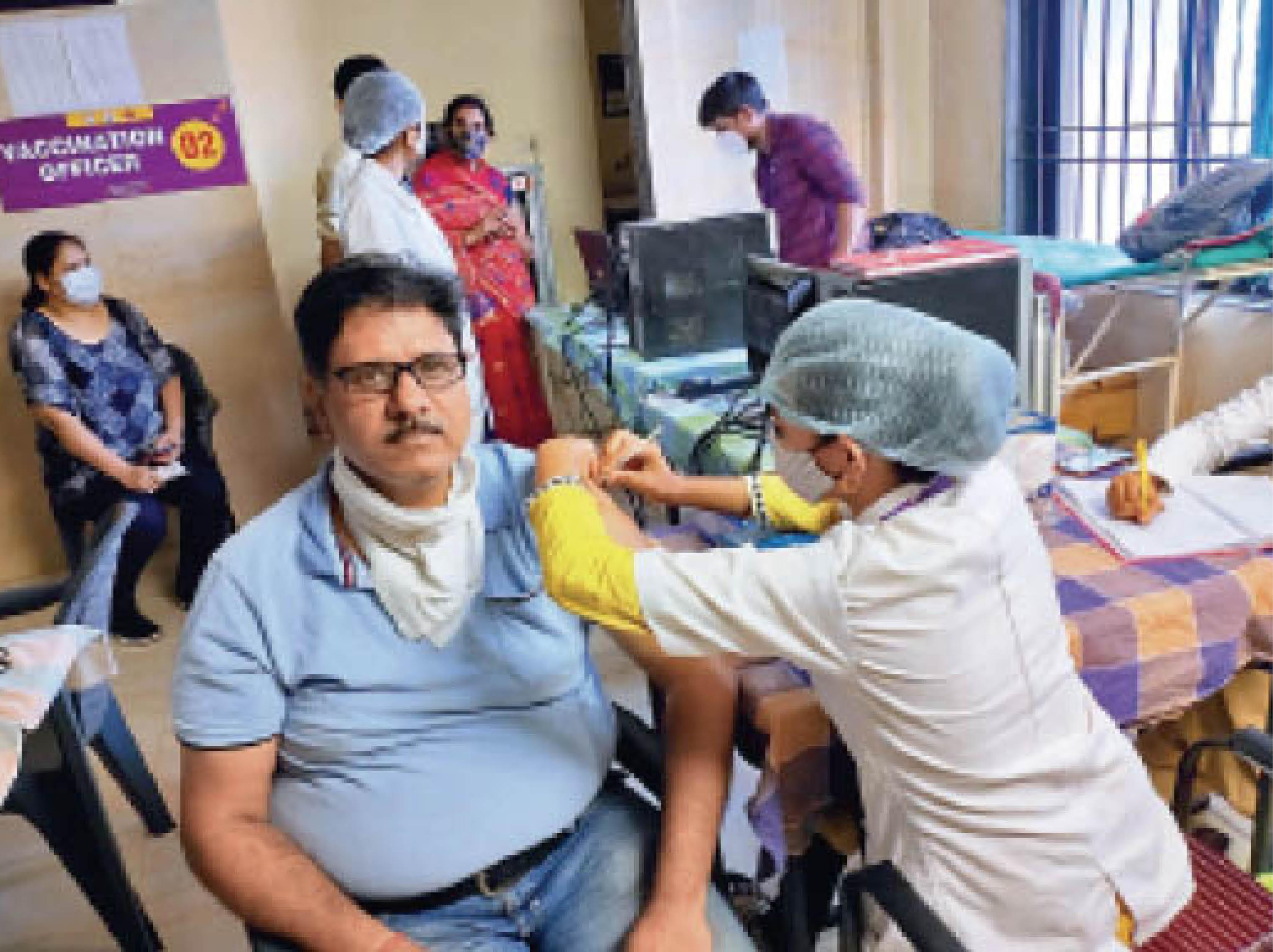 प्रदेश में युवाओं का टीकाकरण 1 मई से शुरु होने के बाद बहुत से युवाओं के सर्टिफिकेट में नाम, पते सहित कई जानकारियां गलत छप गईं हैं। - Dainik Bhaskar