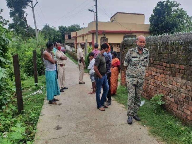 सब्जी मार्केट के पास बीच सड़क पर खून से लथपथ मिला शव, पुलिस ने कहा- धारदार हथियार से की गई है हत्या|रांची,Ranchi - Dainik Bhaskar