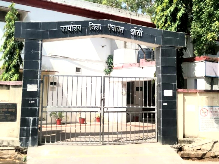 भाजपा के पास 8 सीट, बसपा के पास तीन व कांग्रेस एक सदस्य हैं, जबकि निर्दलीयों की संख्या 7 है। सपा अपने बागियों और निर्दलीय के सहारे है। - Dainik Bhaskar