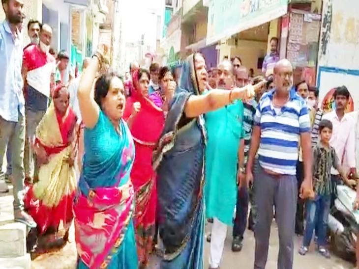 फायरिंग में घायल व्यापारी की मौत, नाराज व्यापारियों ने बाजार बंदकर किया प्रदर्शन, पुलिस ने कहा-आरोपियों पर गुंडा एक्ट लगाएंगे झांसी,Jhansi - Dainik Bhaskar
