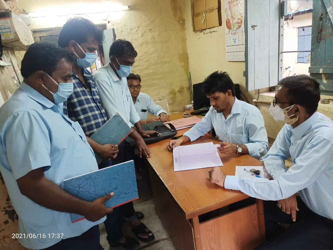 दोपहर की शिफ्ट में गैर हाजिर मिले 38 सफाईकर्मियों को दिया कारण बताओ नोटिस; कटेगा आधे दिन का वेतन|खंडवा,Khandwa - Dainik Bhaskar