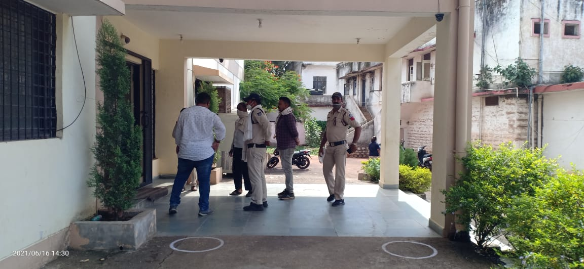 ढाई लाख रुपए दिलाने का झांसा देकर खाते से निकाले 81 हजार; CCTV की मदद से दबोचा आरोपी|जबलपुर,Jabalpur - Dainik Bhaskar