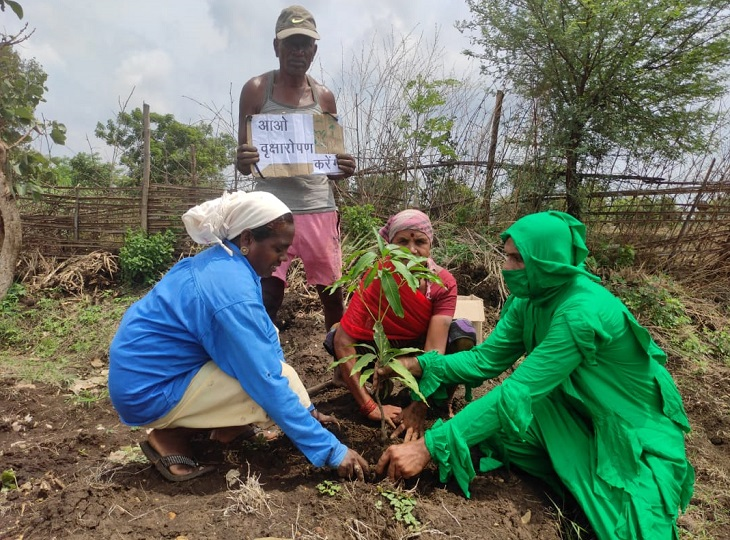 ग्रामीणों के साथ खाली जगह में फलदार वृक्ष के पौधे भी लगा रहे हैं।