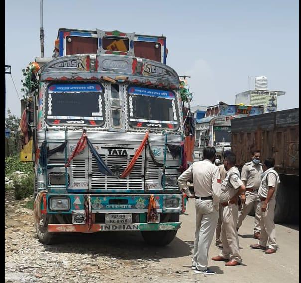 पत्थर भरकर आगरा की ओर जा रहे ट्रक को पुलिस ने रोका, रॉयल्टी मांगी तो ड्राइवर बोला- मंगवाता हूूं|मुरैना,Morena - Dainik Bhaskar