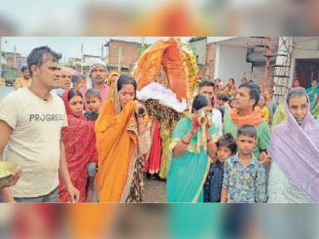 शव को कंधा देती महिलाएं। - Dainik Bhaskar