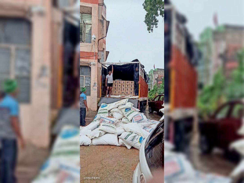 लखनऊ से औरंगाबाद ले जाई जा रही 10 लाख की शराब जब्त, ट्रक चालक-खलासी गिरफ्तार|भभुआ,Bhabhua - Dainik Bhaskar