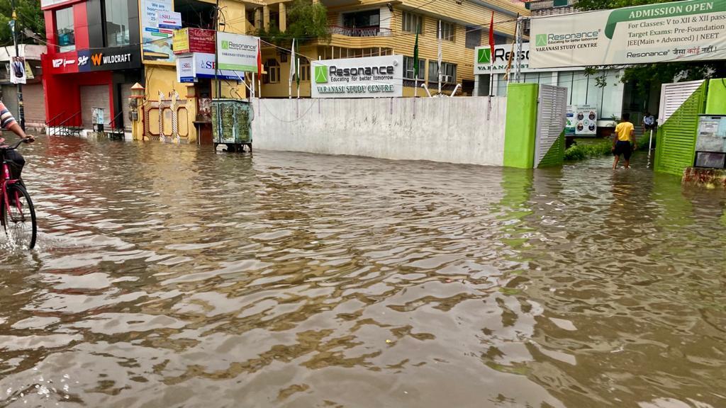 वाराणसी में सुबह से शाम तक हुई बारिश से प्रमुख क्षेत्रों में भर गया पानी, मंत्री ने पंप लगाकर निकलवाने को कहा|वाराणसी,Varanasi - Dainik Bhaskar