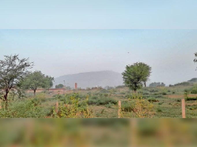 झुंझुनूं. नमी के कारण सुबह के वक्त रही हल्की धुंध का नजारा। - Dainik Bhaskar