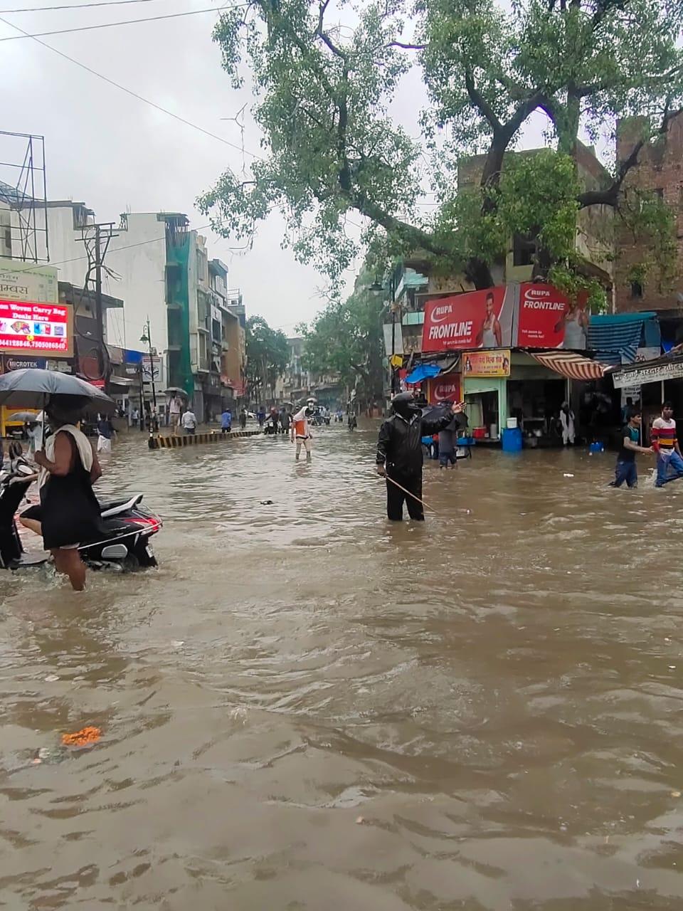 कई मुहल्लों में भरा पानी, घरों में कैद हुई लोग;जाम से रेंगती रही गाड़ियां वाराणसी,Varanasi - Dainik Bhaskar