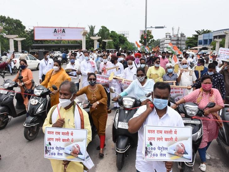 रायपुर में कांग्रेस कार्यकर्ताओं ने इस तरह रस्से से बांधकर बाइक और स्कूटर को खींचा।